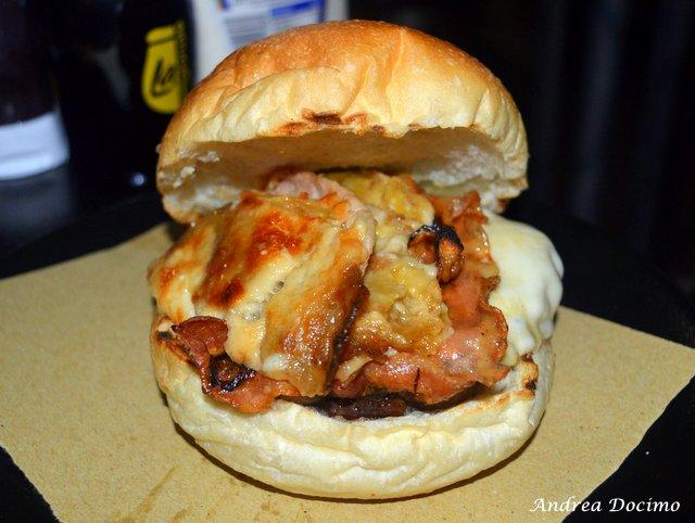Bifburger by Bifulco a San Giuseppe Vesuviano. Il Bif Bifulco con hamburger di chianina, provola, bacon e parmigiana bianca