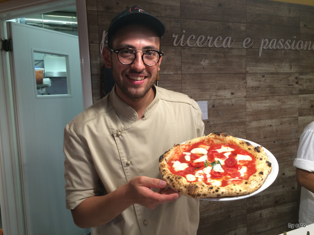 Andrea Godi Pizzeria 400 Gradi Lecce la pizza margherita con filetto di pomodoro fresco