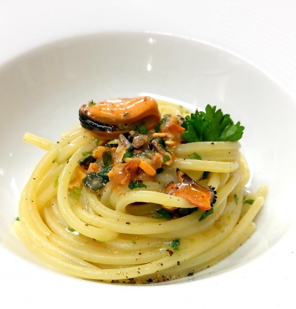etaria - Baronissi, Spaghettoni ai profumi della Divina Costiera con cozze e scorzetta di limone