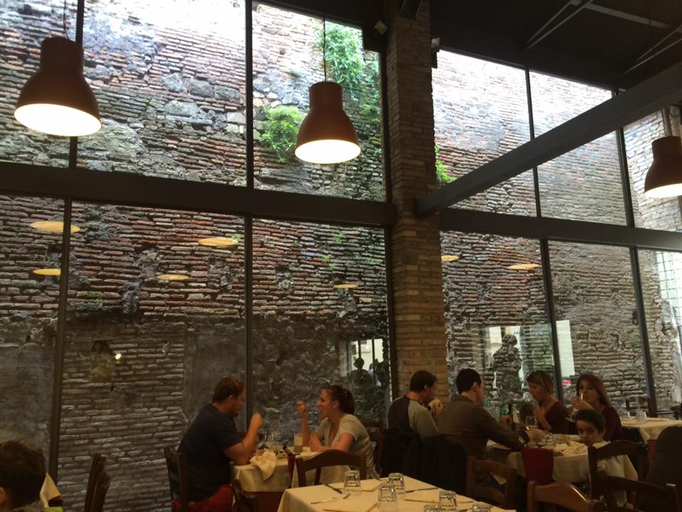 Da Romolo, la sala con la vetrata sul Passetto