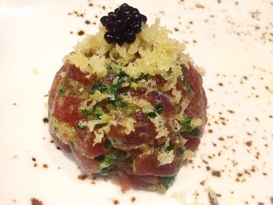 J JAPANESE, tartare di tonno, pesto di spinaci, fiocchi di tempura, olio al tartufo e il suo caviale