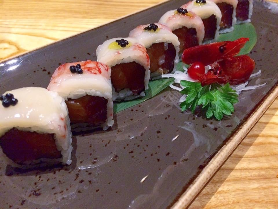 J JAPANESE, roll premium Capasanta, gambero rosso, olio al tartufo, caviale, tonno e salmone