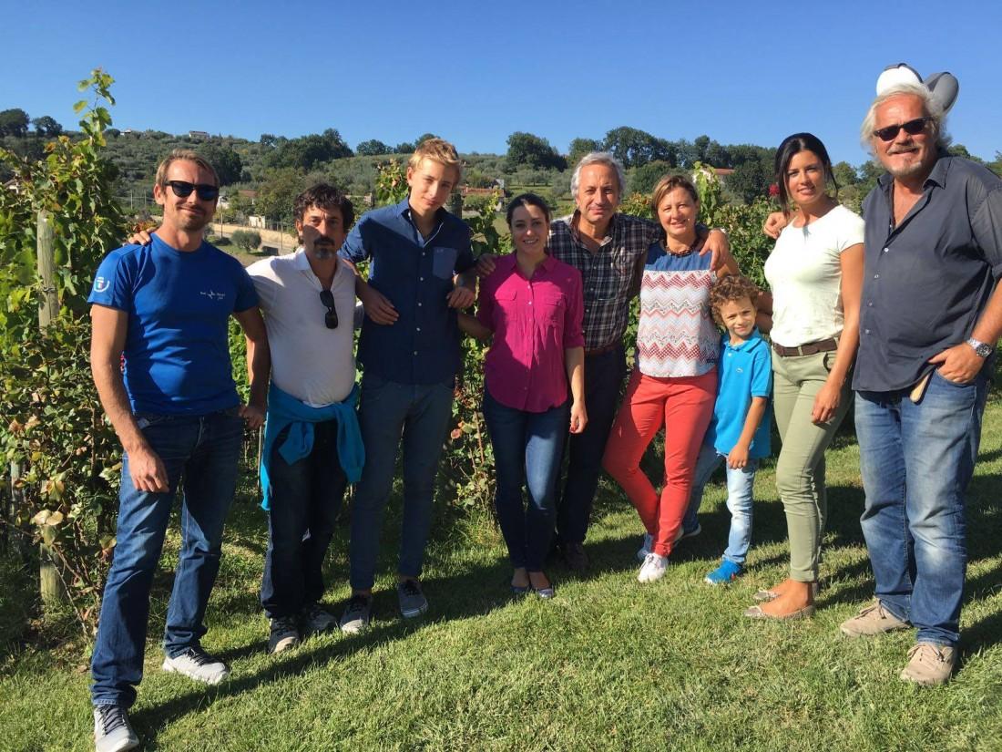 Linea Verde Foto ricordo finale a Quintodecimo con la famiglia Moio, il regista Dario Di Gennaro e lo staff