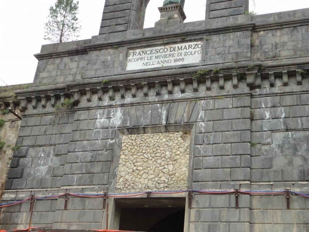 L'ingresso delle miniere di zolfo a Tufo
