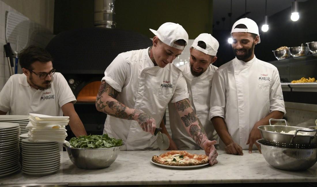Matteo Mevio e la sua squadra della pizzeria a via Plinio