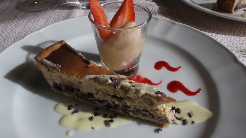 Ristorante Corte Visconti Torta di ricotta, con scaglie di cioccolato, confettura di mirtilli e sorbetto di pesca gialla e fragole