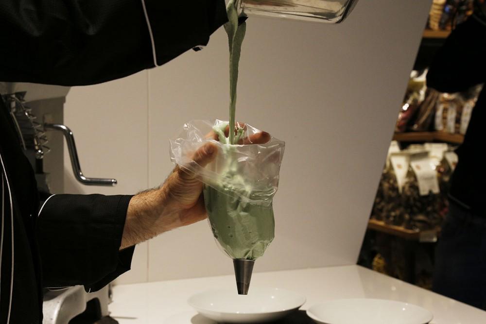 Storie di Pane, Pietro Macellaro mentre prepara la sac à poche per i  macarons