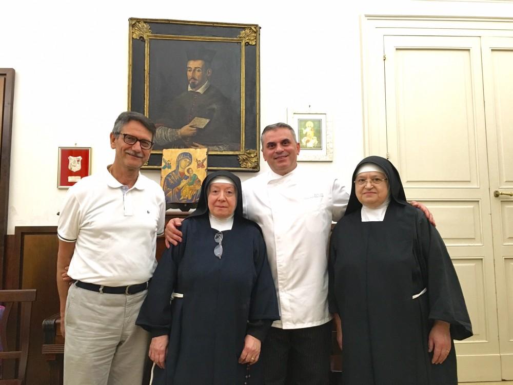 Suor Francesca e suor Angela Teresa con lo chef e con Michele