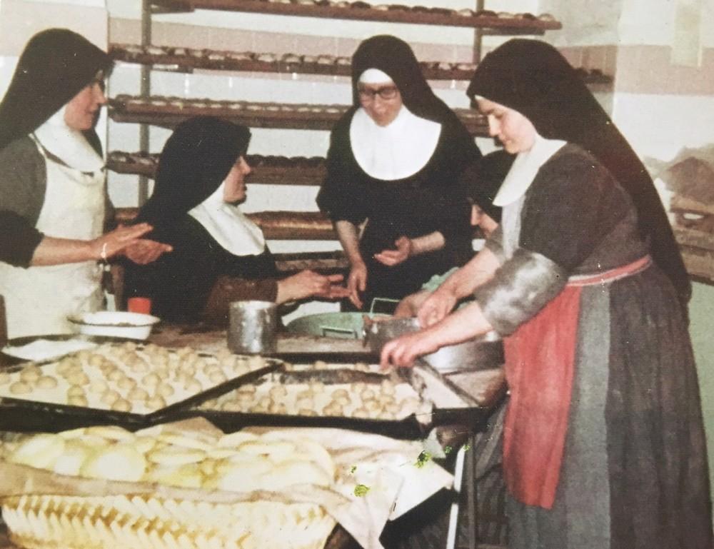 Una vecchia foto delle Clarisse intente a preparare le Tette