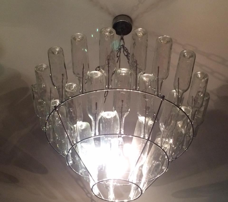 Le bistrot du Maquis, il lampadario di bottiglie