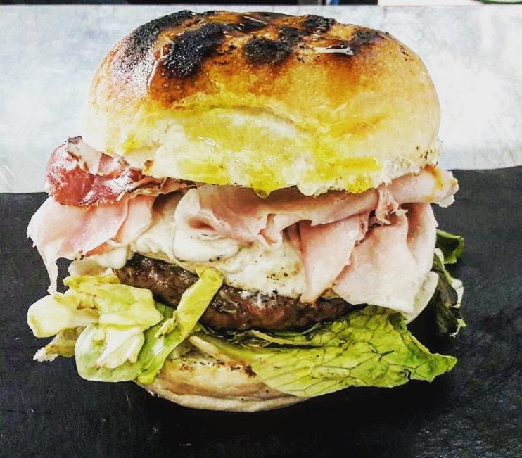 Cillo, Panino con crema all'arancia, burro, cafe de Paris, insalata, burger di Wagyu, scamorza, prosciutto cotto, capicollo e senape