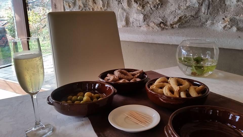 Il Tintore, L'aperitivo con tarallini, olive e lambiccato
