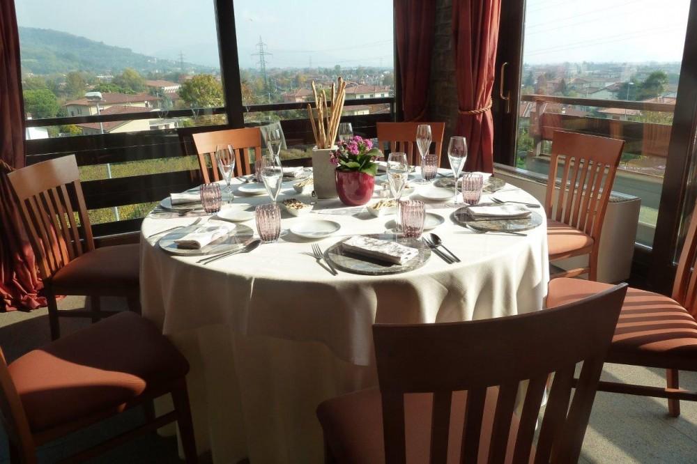 Al Vigneto, tavolo conviviale tondo, approdo ideale per un gruppo di amici accomunati dalla stessa passione