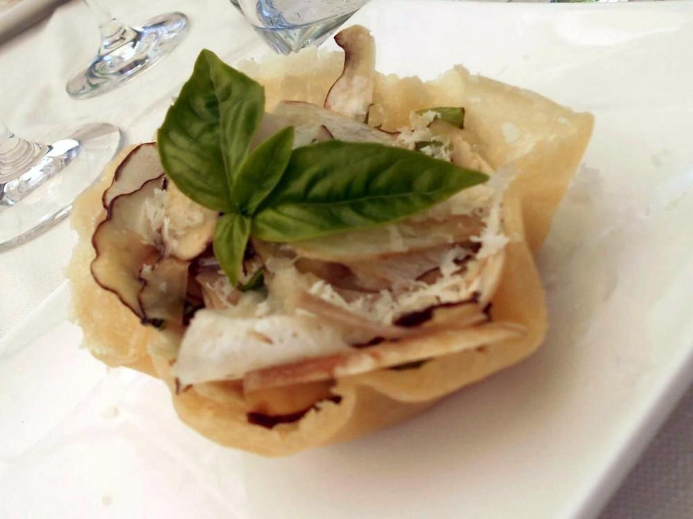 Il Vecchio Mulino 1834, cestino di parmigiano con insalatina di porcini freschi e pecorino irpino