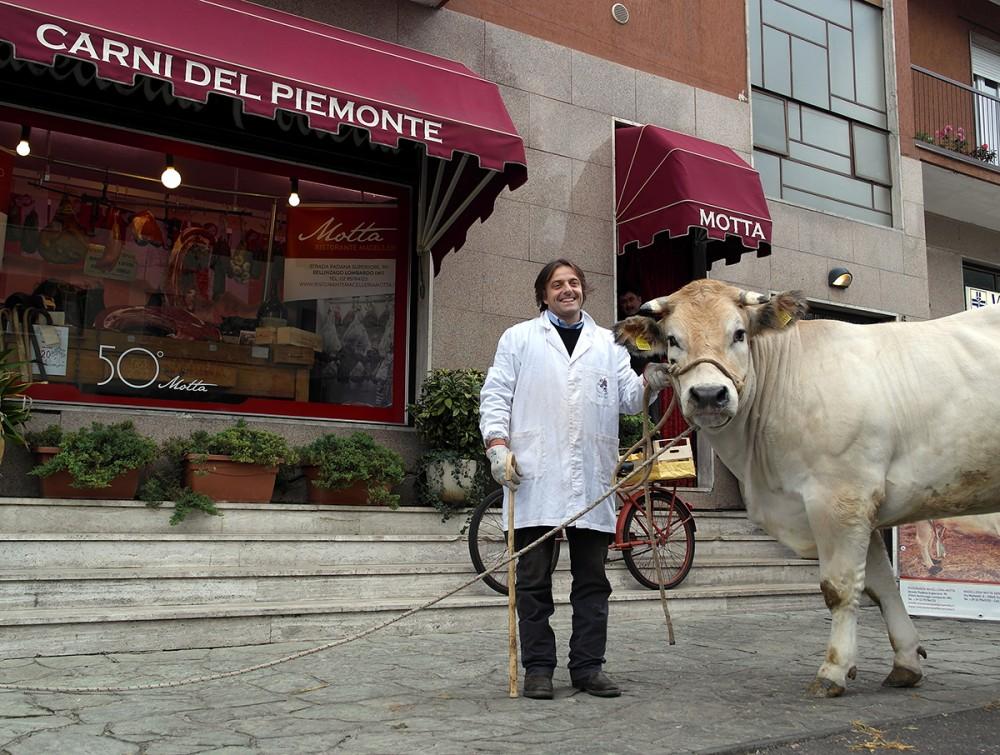 Motta, Sergio, quello simpatico, a sinistra, nella bella foto presa dal sito, è un macellaio tra i più noti che ha scelto di investire nella qualità.