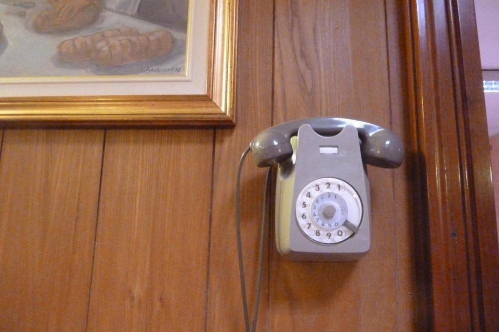 Trattoria della Pace, il telefono, come il locale, sospeso, nel tempo, a volte è un pregio…