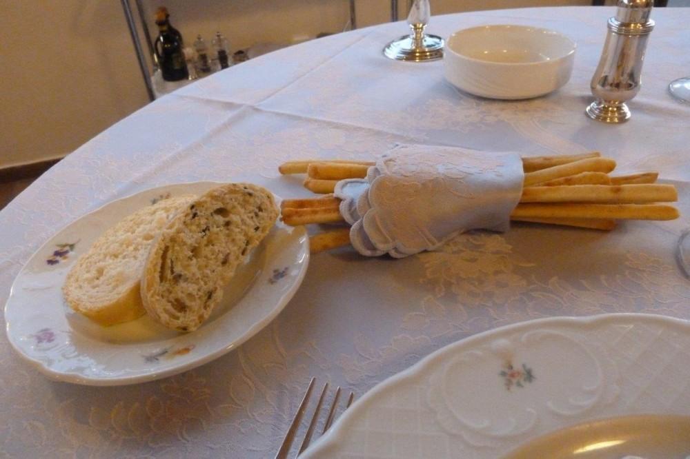 La Conchiglia, pane e grissini serviti elegantemente