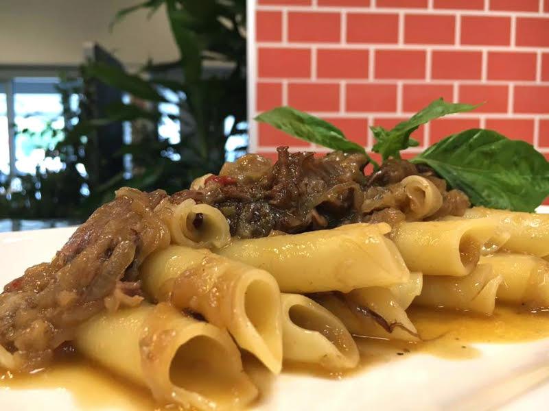 Candele spezzate di Gragnano in salsa di genovese con tre carni e tre cipolle