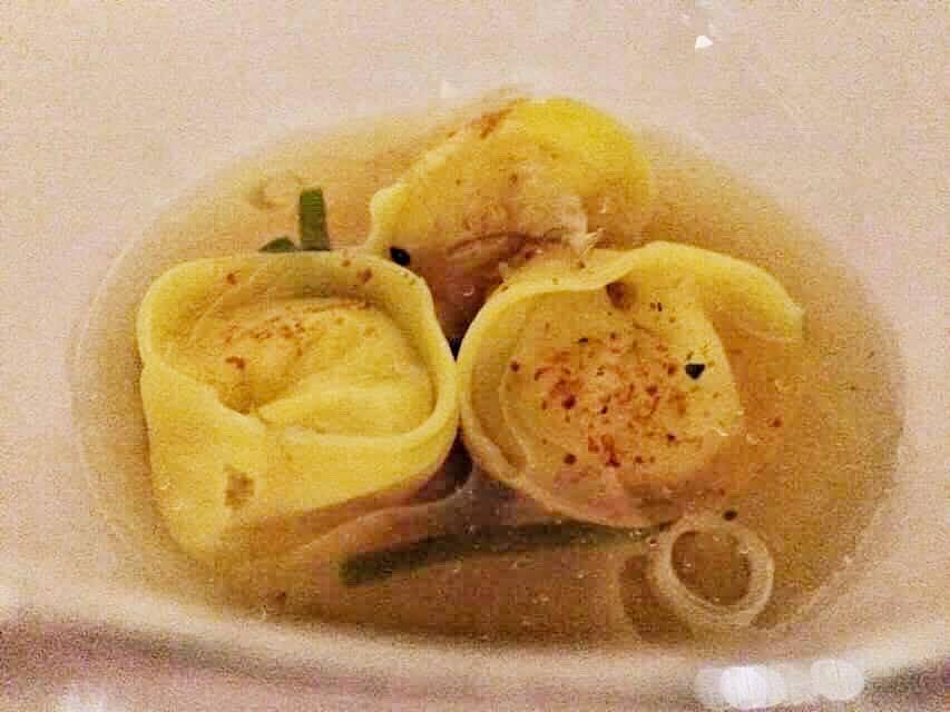 Imago, cappellotti di parmigiano, brodo freddo di tonno e 7 spezie