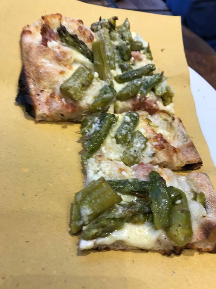 Grecco, pizza con asparagi