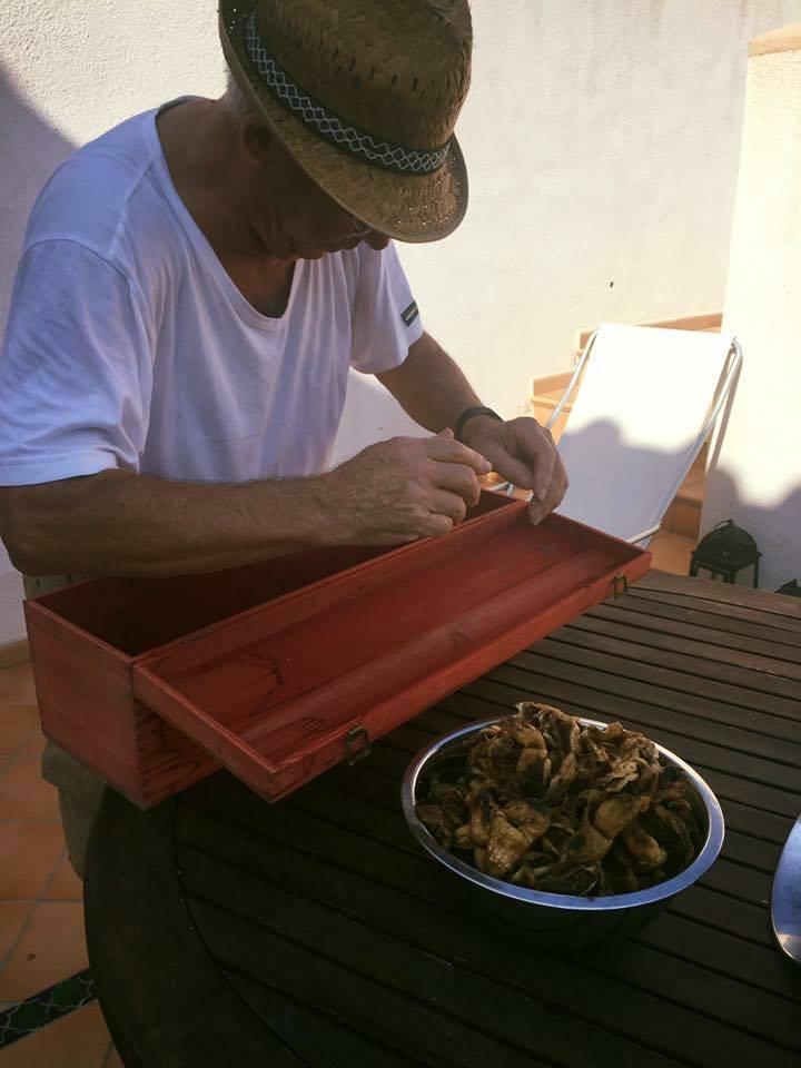 Augusto mentre seleziona i frutti dopo averli essiccati