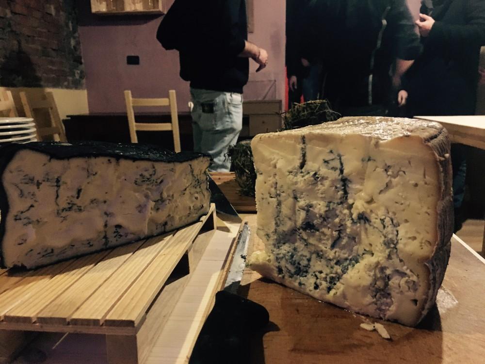 Civico 12, Da destra, Blue di capra dei Monti Lattari e Blue di Podolica