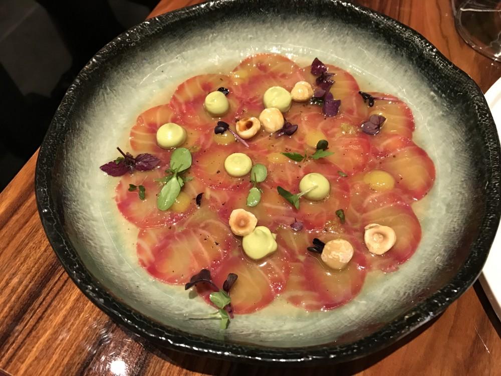 Asiatique, Carpaccio di salmone all'Acqua d'Oriente con guacamole, purea di mango e nocciole