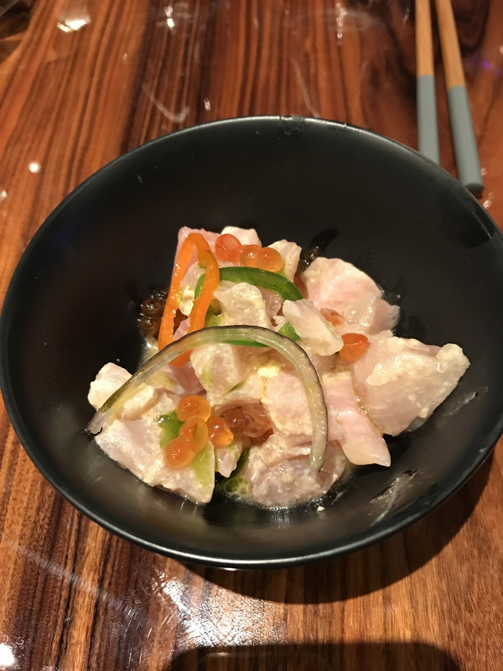 Asiatique, Cevice di Ricciola con uova di salmone, cipolla rossa e habanero
