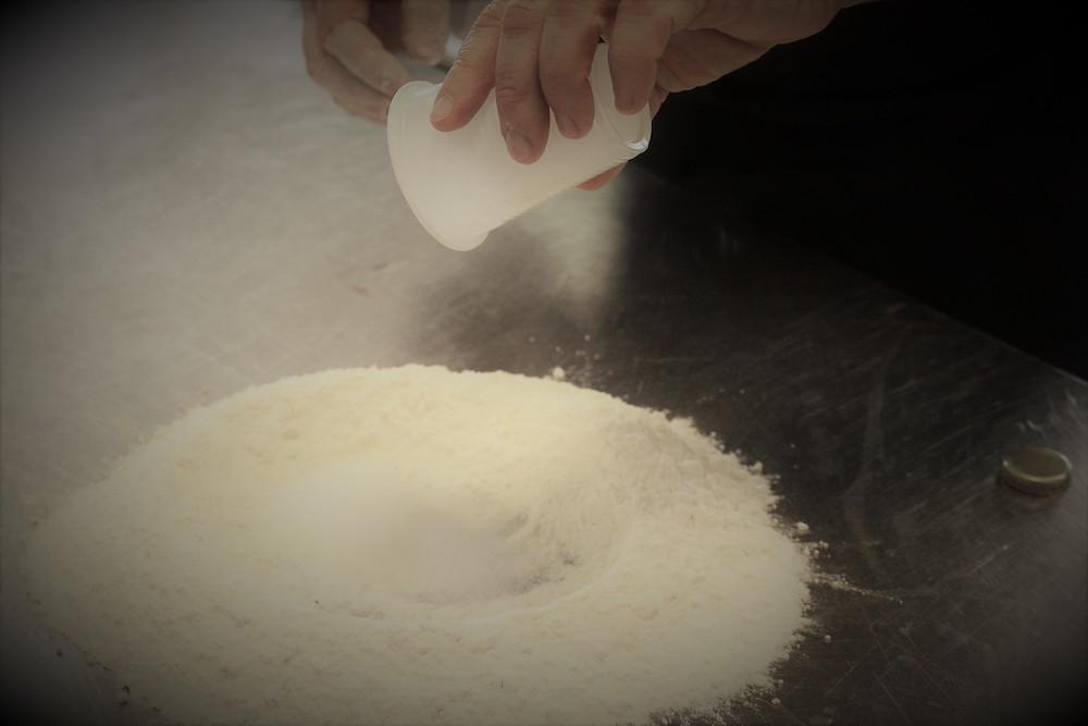 Cartellata - Unire Zucchero e farina