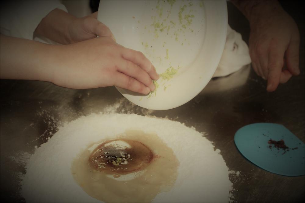 Cartellata - Unire cannella, chiodi di garofano e buccia di limone grattugiato