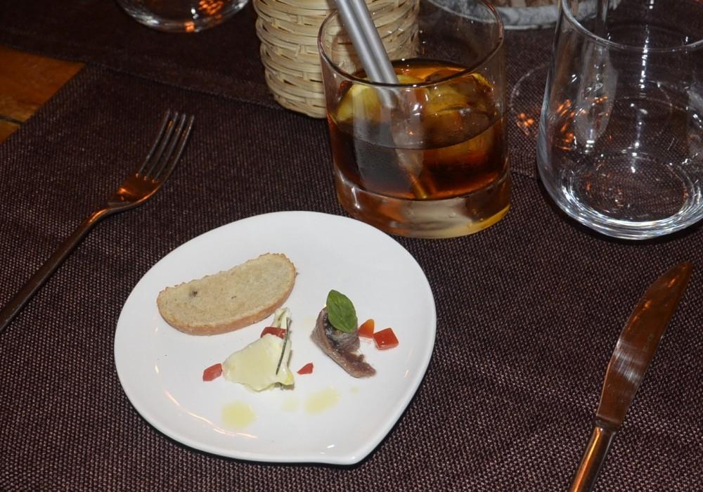 La Locanda del Testardo, Pane, impastato con noci,con burro prodotto da Beppino Occielli e acciuga sotto sale