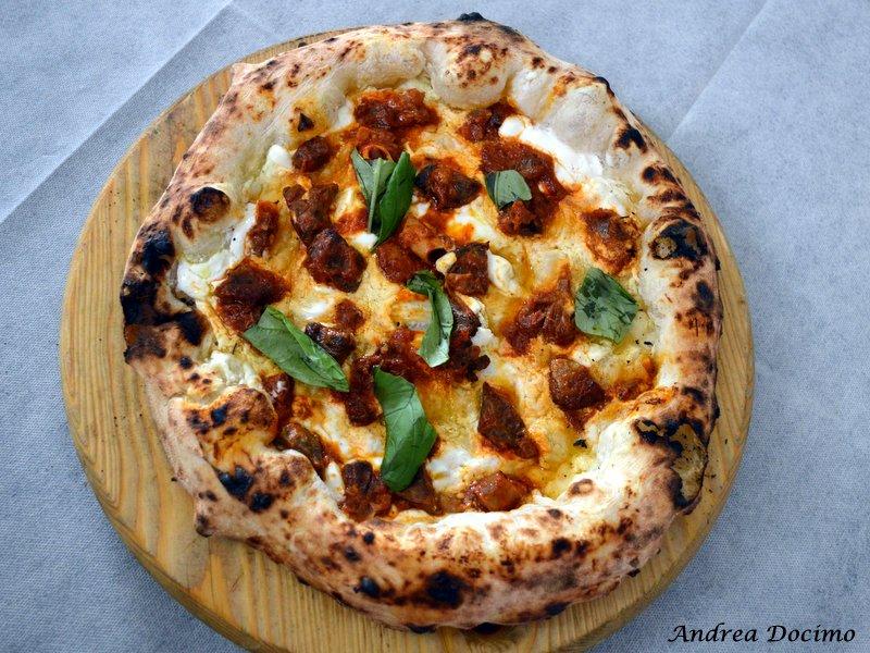 La pizza con ricotta di bufala in salvietta e soffritto della Pizzeria I Masanielli a Caserta