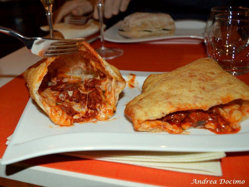 La pizza fritta con Soffritto della pizzeria 'O Sfizio D'A Notizia a Napoli