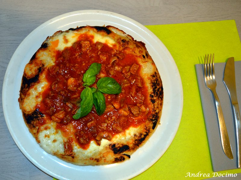 La pizza nel ruoto con Soffritto di Pasqualino Rossi nella sua Pizzeria Elite ad Alvignano