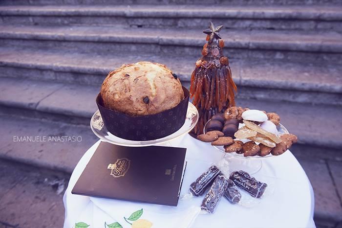 Pansa - Capuano, Il panettone ed i dolci tipici del Natale abbinati ad una tovaglia che riporta i limoni di Amalfi