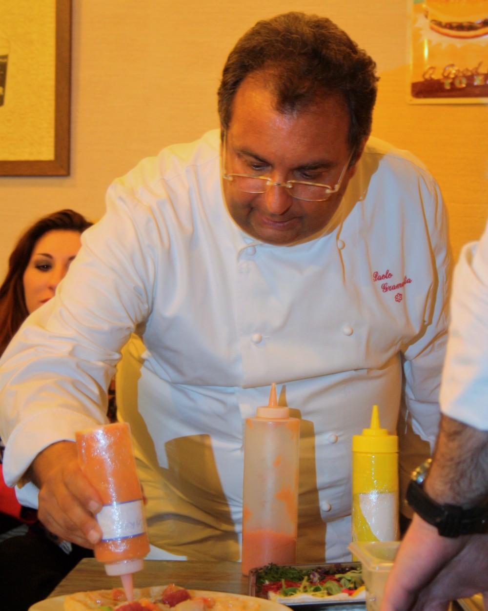 Paolo Gramaglia intento a comporre il piatto