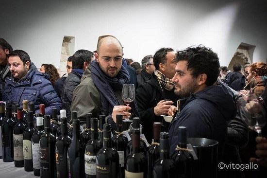 Presentazione delle Guide di Radici 2017 Pubblico in degustazione dei vini vincitori a Radici del Sud 2016