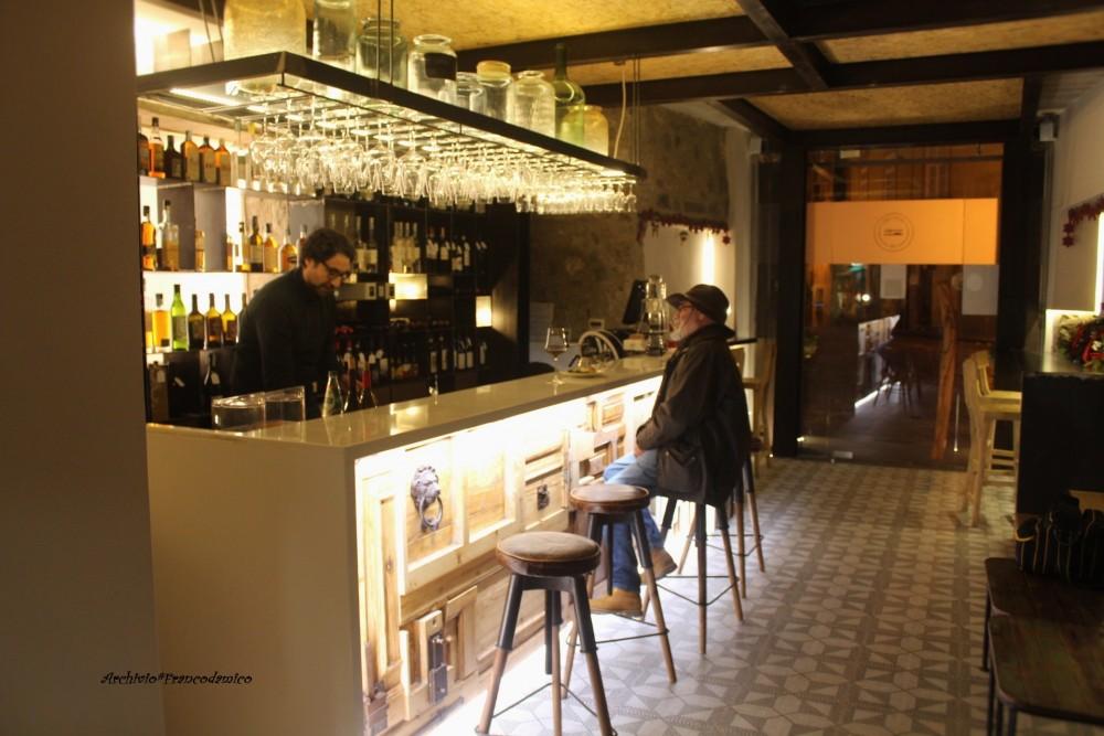 L'interno di Bistrot 26 con banco wine bar