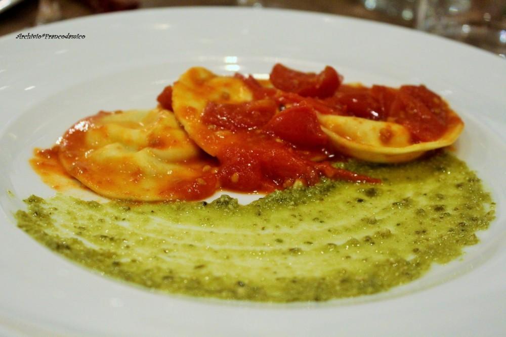Bistrot 26, ravioli ripieni con spuma di mozzarella, pesto di basilico e pomodorini del piennolo