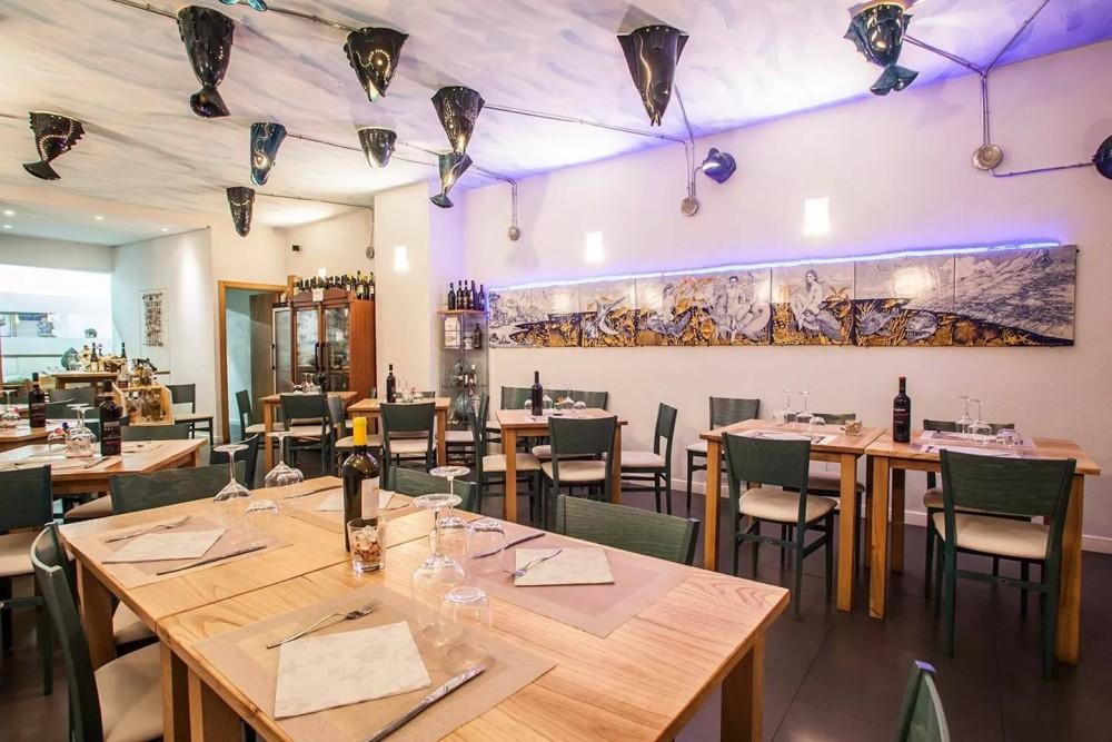 Pascalo', Interno del ristorante, tavoli in legno e ceramica vietrese
