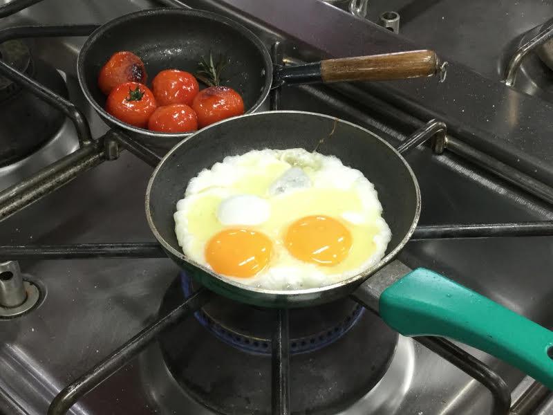 Preparazione dell'uovo fritto