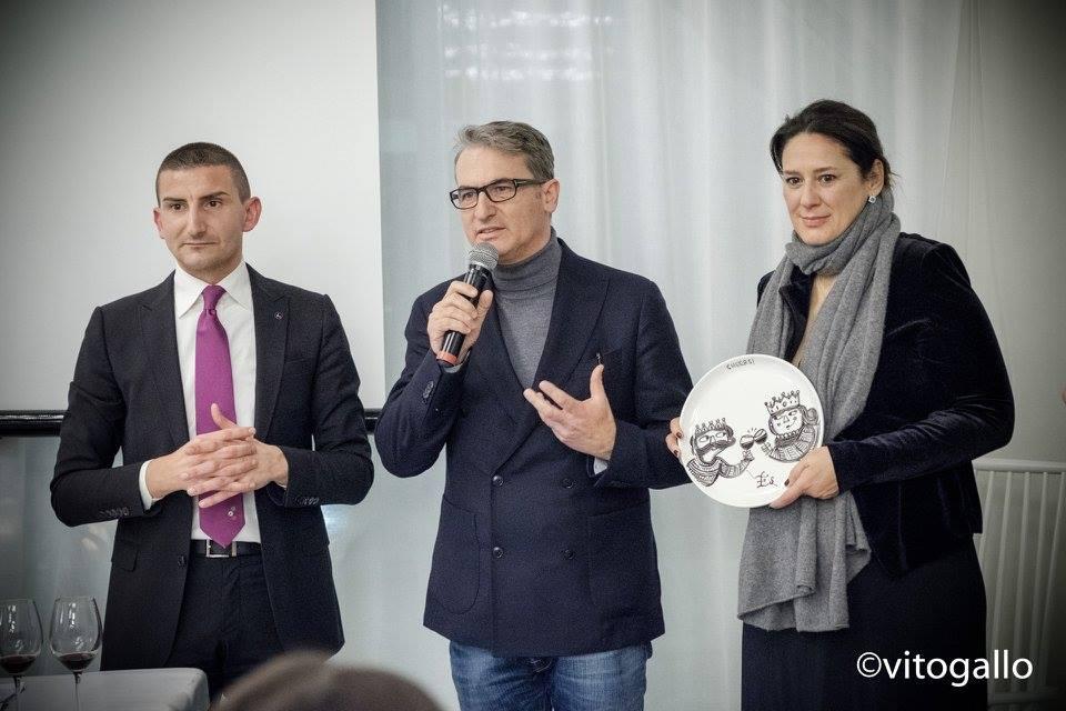 Giuseppe Cupertino conferisce un premio a Gianfranco Fino