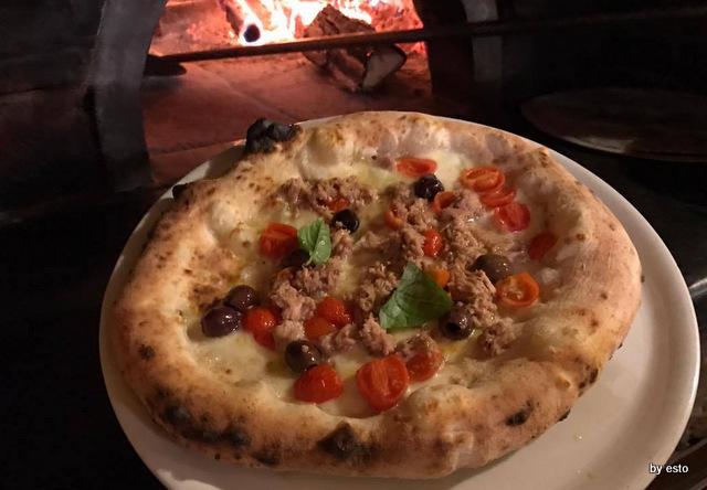 'A Luna Rossa Dario Pascarella  la pizza Stonno e olive