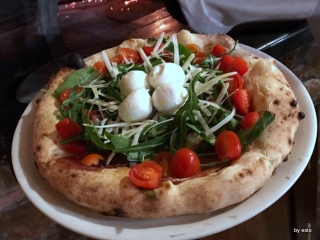 'A  Luna  Rossa la  pizza focaccia mozzarella e rucola