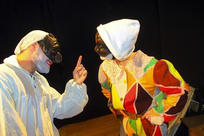 Arlecchino e Pulcinella, la maschera napoletana sembra dire, hai voluto sfidarmi, te ne pentirai, sono io il numero uno