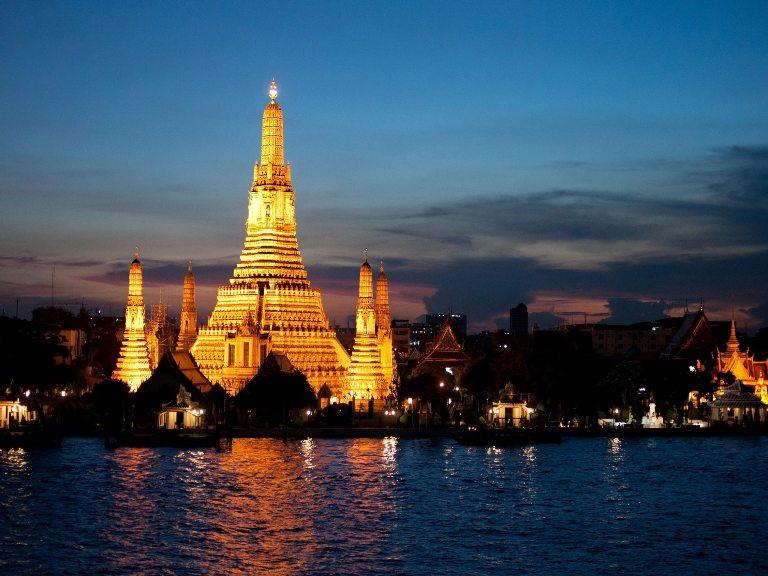 Bangkok, il tempio Wat Arun visto dal fiume Chao Phraya - immagine tratta da globalvoyages.it
