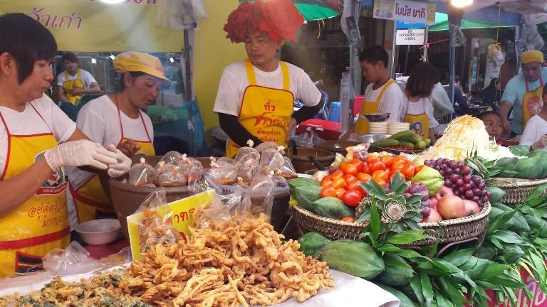 Bangkok, una colorata bancarella di street food locale nel quartiere di Chinatown - foto di Novella Talamo