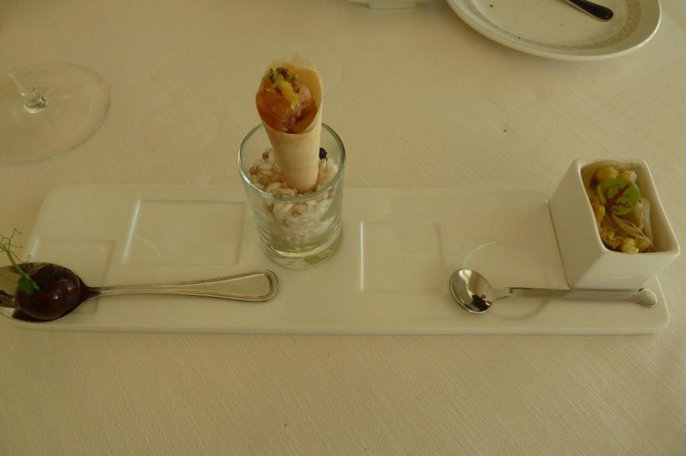 Florian Maison, benvenuto, anguilla glassata all'aceto balsamico, tartare di salmone e wasabi su cono di panna e  pasta fillo, alici in saor