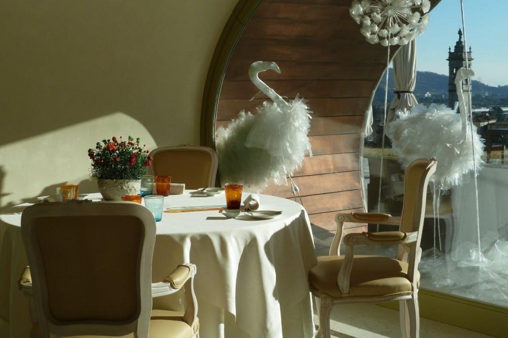 Florian Maison, tavolo, cigni e il campanile di San Paolo D'Argon