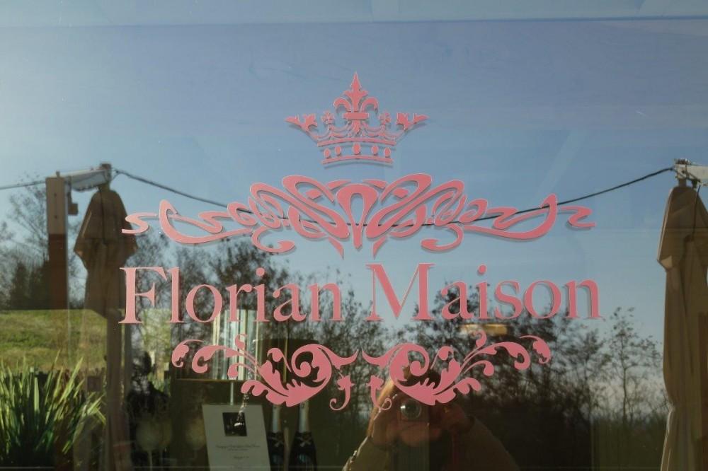 Florian Maison, rosa su vetro, un posto per quote rosa su tacco dodici e per vedere la vita con un colore diverso dal grigio standard